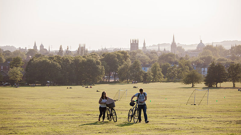Oxford: students with bicycles in South Park